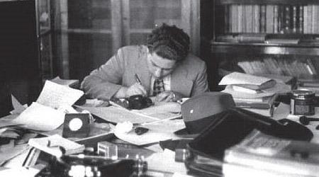 Foto: Acervo Histórico do Instituto de Física da USPMario Schenberg trabalhando numa sala no prédio da Escola politécnica, na avenida Tiradentes (1937).