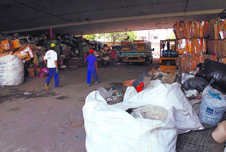 Foto: DivulgaçãoCatadores e moradores de rua transformaram materiais recicláveis em uma fonte de design espontâneo