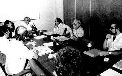 Centro: José Goldemberg. À sua direita: Carlos Guilherme Mota, Alfredo Bosi e Gerhard Malnic. À sua esquerda: Paul Singer, Herch Moyses Nussenzveig e Edgar Luis de Barros.  Foto: IEA / USP