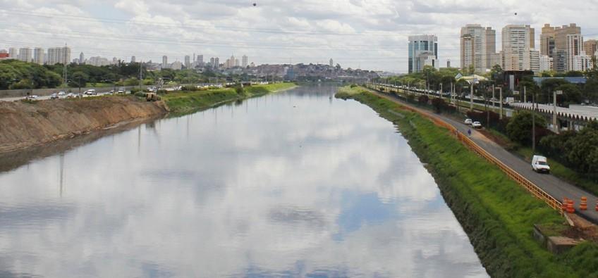 Poluição no Rio Pinheiros, em São Paulo. Foto: Marcos Santos