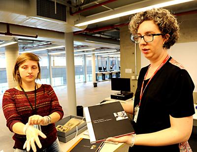 Elisabete Marin e Mariana Januzzi manuseiam o acervo do IEB | Foto: Marcos Santos / USP Imagens