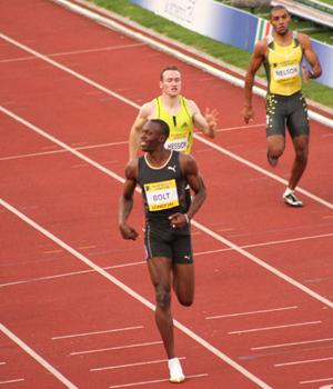 Usain Bolt, em primeiro plano, recordista mundial dos 100m rasos - Foto: Phil McElhinney / Wikimedia Commons